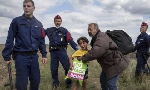 Γιατί το προσφυγόπουλο που «έφαγε» τρικλοποδιά από οπερατέρ φορούσε μπλούζα του Άρη;