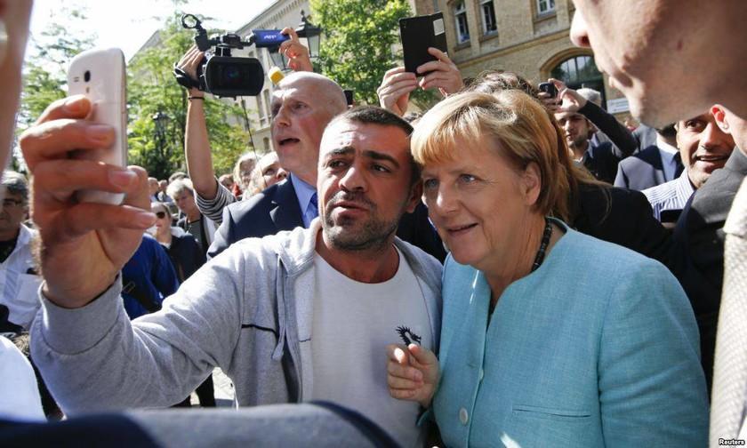 Γερμανία: Λατρεία των Σύρων προσφύγων προς την Μέρκελ – Την αποκαλούσαν μητέρα! (pics)