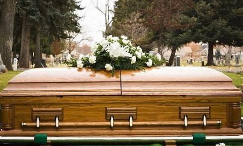 Νεκροθάφτης έφερνε δουλειά στο σπίτι μέχρι που το ανακάλυψε η σύζυγος