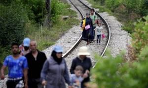 Φρουροί πετούν σε κλουβιά με πρόσφυγες, το φαγητό της ημέρας (video)