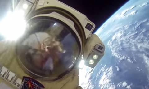 Δύο Ρώσοι κοσμοναύτες κάνουν… βόλτα στο διάστημα (video)