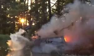 Κλείνει τη... μύτη και βουτά σε λίμνη από φλεγόμενο αυτοκίνητο! (video)