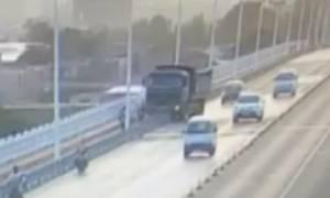 Τρομακτικό δυστύχημα στην Κίνα: Φορτηγό έπεσε από γέφυρα (video)
