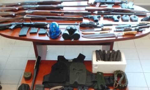 Γυναικολόγος διατηρούσε «οπλοστάσιο» με καλάσνικοφ, μαχαίρια και χιλιάδες σφαίρες