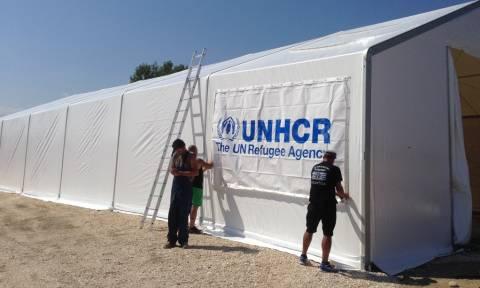 Στήνονται οι πρώτες σκηνές για τους πρόσφυγες στα σύνορα Ελλάδας - Σκοπίων