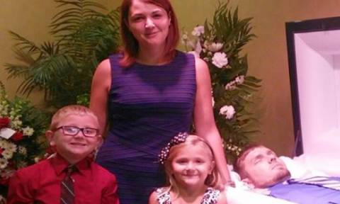 Η φωτογραφία που σόκαρε το Facebook: Πόζαρε με τα παιδιά της δίπλα στο νεκρό σύζυγό της