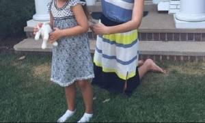 Διάσημη μαμά κόβει τα μαλλιά της κόρη της... στο γκαζόν!