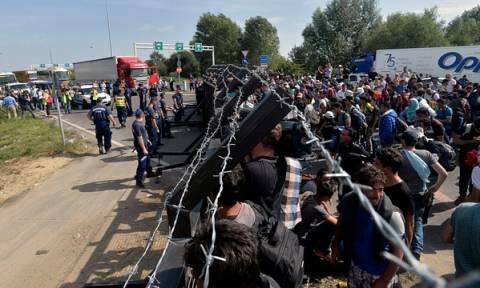 Ουγγαρία: Χημικά και δακρυγόνα εναντίον μεταναστών στα σύνορα με τη Σερβία (videos)