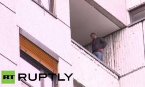 Ιρακινός μετανάστης απειλεί να πέσει από κτίριο στο Βερολίνο