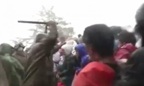 Βίντεο σοκ: Σκοπιανός αστυνομικός ξυλοκοπεί άγρια ανυπεράσπιστους μετανάστες (video)