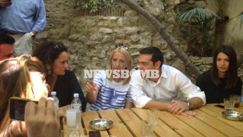 Εκλογές 2015: Ο Τσίπρας όπως δεν τον έχουμε ξαναδεί: Γέλια, δώρα και… ατάκες! (video & photos)