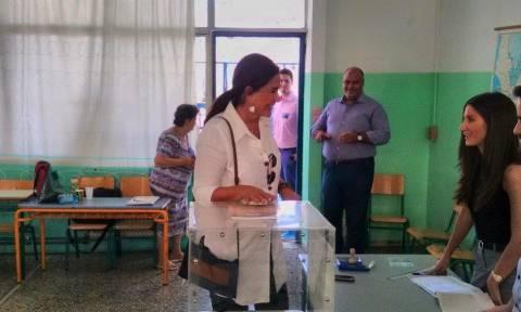 Εκλογές 2015: Η φωτογραφία της Ντόρας Μπακογιάννη από την ώρα της κάλπης στο Παγκράτι