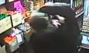 Σούπερ… γιαγιά πλάκωσε στο ξύλο πρώην μποξέρ και επίδοξο ληστή! (video)
