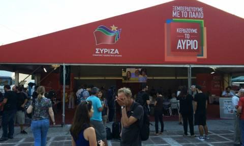 Αποτελέσματα εκλογών 2015: Πανηγυρισμοί στο εκλογικό περίπτερο του ΣΥΡΙΖΑ για τα exit polls (vid)