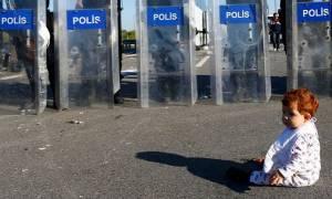 Η Ευρώπη των τειχών: Βρέφος από τη Συρία μπροστά στους πάνοπλους Τούρκους αστυνομικούς (photos)