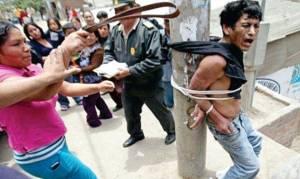 Πήραν το νόμο στα χέρια τους: Αυτόκλητοι τιμωροί βασανίζουν ληστές μέχρι τελικής πτώσης (video)