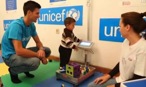 Επίσκεψη του Νόβακ Τζόκοβιτς σε κέντρο που φιλοξενεί προσφυγόπουλα (video)