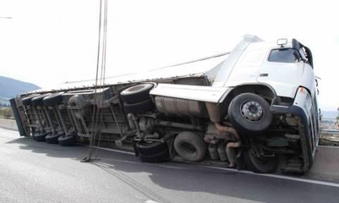 Δίπλωσε νταλίκα στην Ε.Ο. Αθηνών - Λαμίας - Ομαλοποιείται σταδιακά η κίνηση των οχημάτων