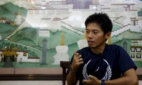 Japanese climber who lost nine fingers nears Everest summit