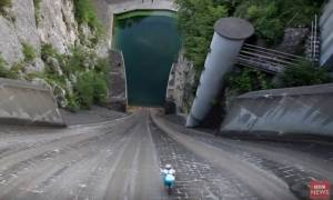 Βουτιά από τα 60 μέτρα: Το παράτολμο εγχείρημα ποδηλάτη που έζησε για να το διηγηθεί (video)