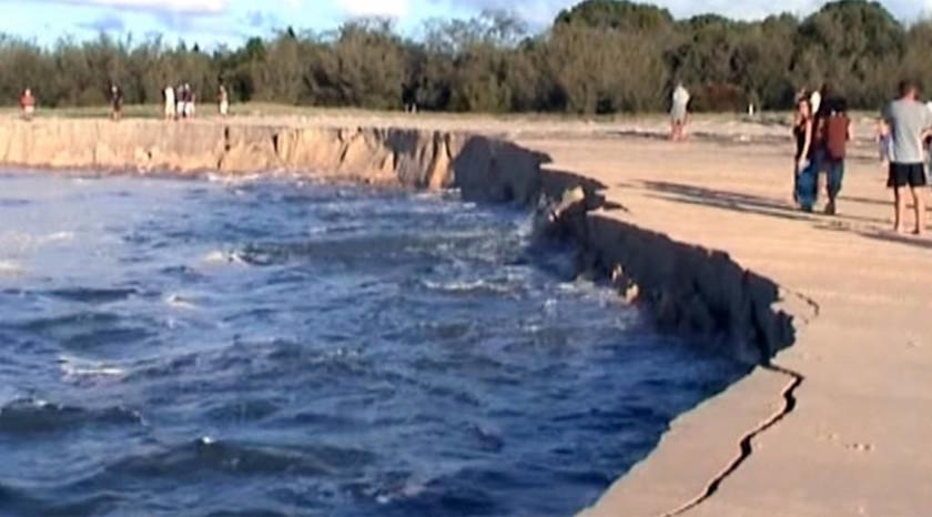 Τεράστιο ρήγμα καταπίνει αυτοκίνητα σε παραλία του Κουίνσλαντ (video & photos)
