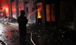 Αττική: Υπό μερικό έλεγχο η φωτιά στο εργοστάσιο επίπλων στη Μάνδρα