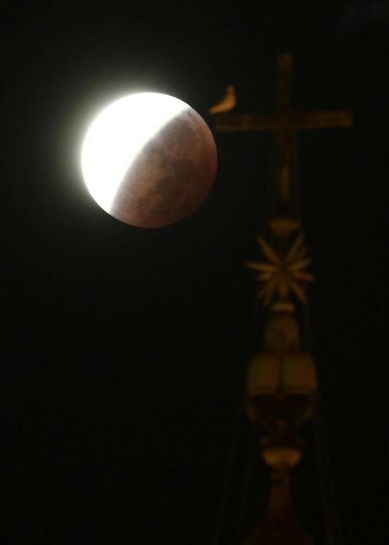«Ματωμένο φεγγάρι»: Η έκλειψη της υπερπανσελήνου σε όλο τον κόσμο (photos)