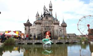 Το θεματικό πάρκο του Banksy μεταφέρεται στο Καλαί για να στεγάσει μετανάστες