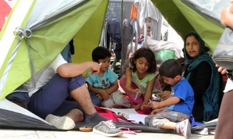 Το ΠΑΜΕ παραδίδει τρόφιμα σε μετανάστες και πρόσφυγες