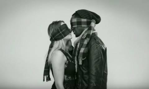 Έρωτας με το πρώτο… φιλί; Οκτώ άγνωστοι φιλιούνται με δεμένα τα μάτια (video)
