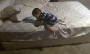 Πανέξυπνο μωράκι: Δείτε τι σκαρφίστηκε για να κατέβει από το κρεβάτι! (video)