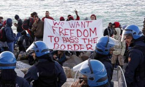 Ιταλία: Ένταση με πρόσφυγες και ακτιβιστές - «Θέλουμε ελευθερία να περάσουμε τα σύνορα» (pics)