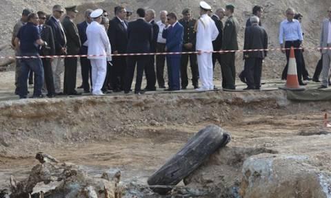 Στα φυλακισμένα μνήματα και στην ανασκαφή για τα λείψανα καταδρομέων ο Ελληνας ΥΠΑΜ