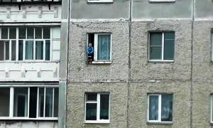 Βίντεο σοκ: Νήπιο ακροβατεί σε περβάζι παραθύρου στον όγδοο όροφο!