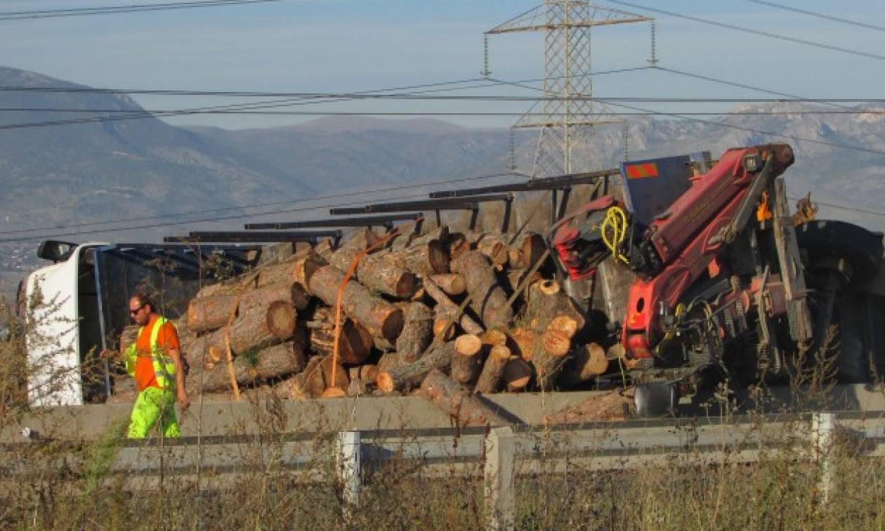 Κοζάνη: Νταλίκα φορτωμένη με κορμούς ανατράπηκε στην Εγνατία (pics+vid)