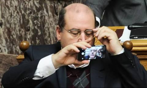 Ο Φίλης βγάζει selfies... στη Βουλή