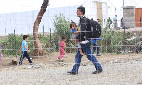 ΜΚΟ «αγκαλιάζουν» τους πρόσφυγες - Συγκεντρώνουν μπουφάν και αδιάβροχα για το χειμώνα