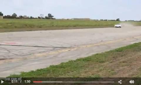 H στιγμή που ο οδηγός της Porche χάνει τον έλεγχο και  «θερίζει» τους θεατές (video)