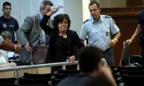 Δίκη ΧΑ: Μπουκάλι με νερό πέταξε προς τον Ρουπακιά η μητέρα του Παύλου Φύσσα