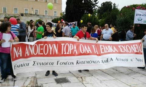 Συγκέντρωση συντονιστικής επιτροπής αγώνα αναπήρων έξω από τη Βουλή (photos)