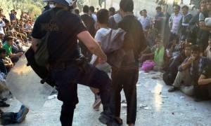 Εικόνες ντροπής στη Λέσβο: Αστυνομικός κλώτσησε μετανάστη την ημέρα επίσκεψης Τσίπρα