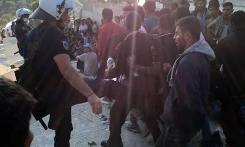 Λέσβος: Κατεπείγουσα ΕΔΕ για τον αστυνομικό που φαίνεται σε φωτογραφίες να κλωτσάει πρόσφυγες