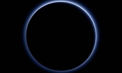 Οι επιστήμονες βρήκαν στον Πλούτωνα «μπλε ουρανό και παγωμένο νερό» (pics)