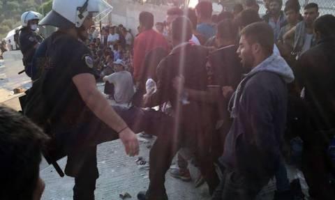 Ταυτοποιήθηκε ο αστυνομικός που φωτογραφήθηκε να κλωτσάει μετανάστες στη Λέσβο