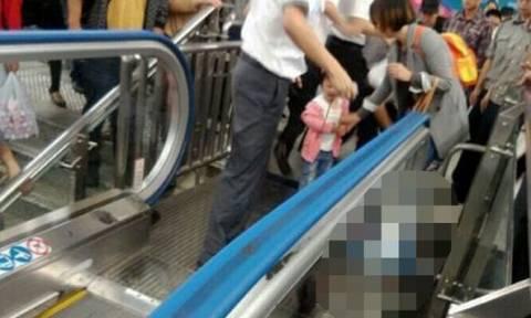 Νέο σοκαριστικό δυστύχημα στην Κίνα: Κυλιόμενη σκάλα εγκλωβίζει παιδάκι (photos)
