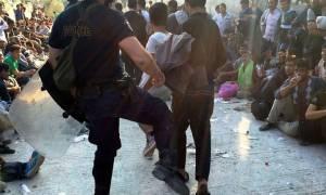 Τι υποστηρίζει ο αστυνομικός που κλώτσησε τον μετανάστη στη Λέσβο
