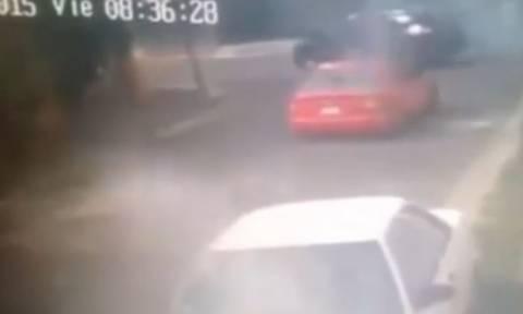 Τον γάζωσαν με 100 σφαίρες ενώ βρισκόταν μέσα σε ταξί (video)