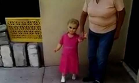 Δείτε την τρομακτική «κούκλα του διαβόλου» που ζωντανεύει όταν της πιάνεις το χέρι! (video)