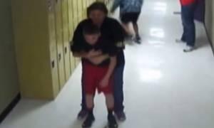 Ηρωική καθηγήτρια έσωσε μαθητή από μία… καραμέλα! (video)