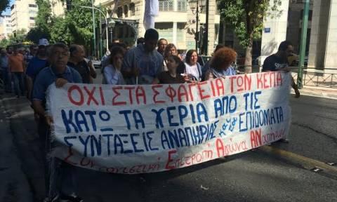 Συγκέντρωση διαμαρτυρίας της Ομοσπονδίας Τυφλών έξω από το ΥΠΟΙΚ